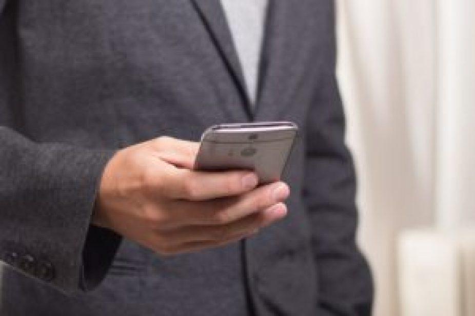 スマートフォンを扱う男性