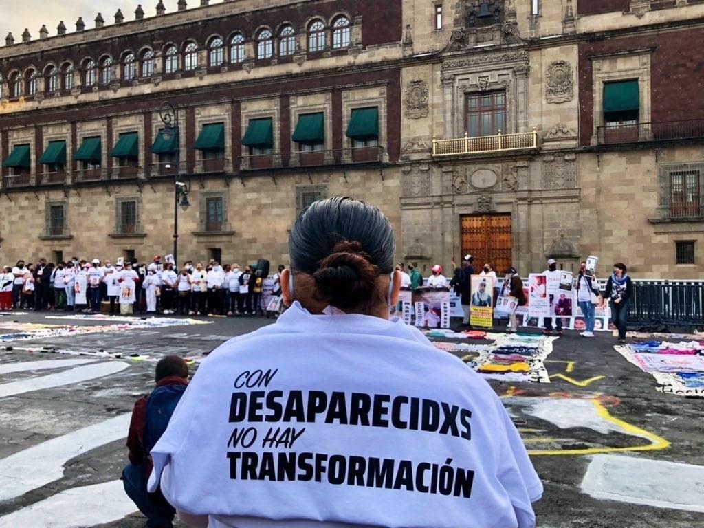 Familiares de personas desaparecidas protestaron fuera de palacio para exigir la búsqueda de sus víctimas.