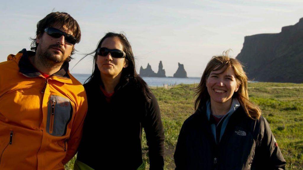 Anselmo, Raquel y Fuen con los Trolls de Piedra al fondo. (Foto: Raúl Vega)