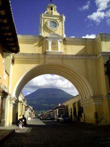 Arco en Antigua con volcán al fondo - Guatemala