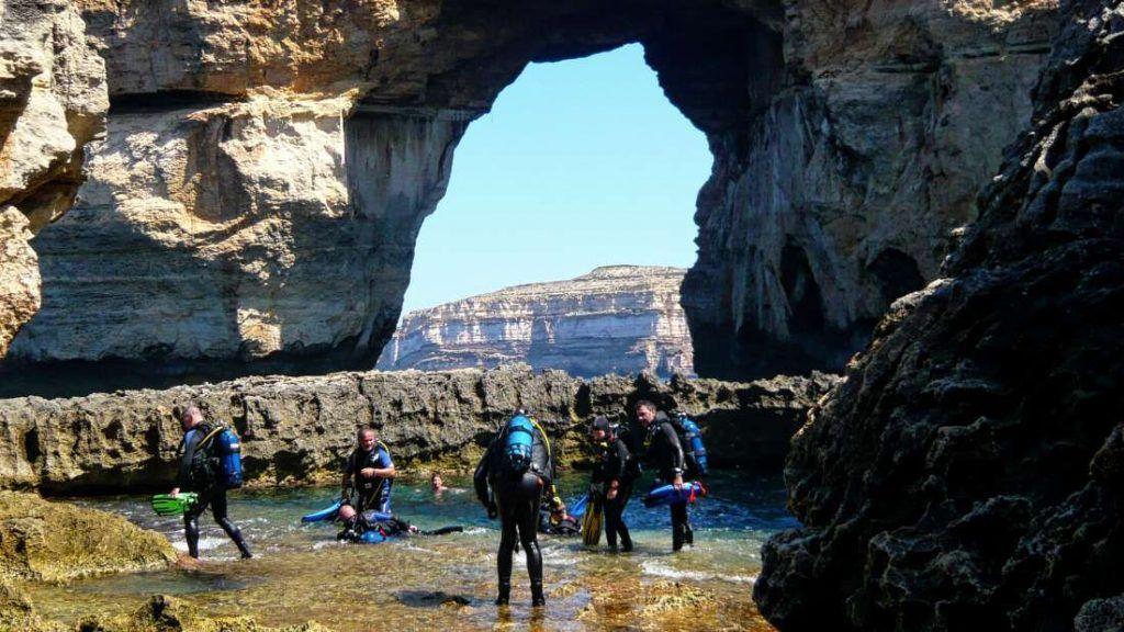 Buceadores en la Azure Window - Isla de Gozo - Malta