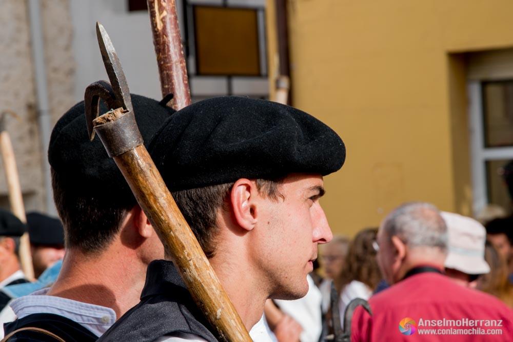 Ganchero con e lbichero al hombro - Fiesta de los Gancheros del Alto Tajo en Taravilla