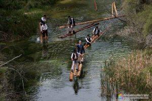 Gancheros del Alto Tajo guiando troncos