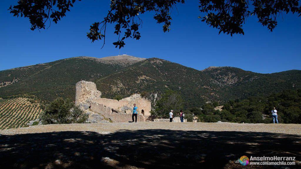 Castillo de Mata Bejid desde la era próxima, al fondo el Pico Almadén