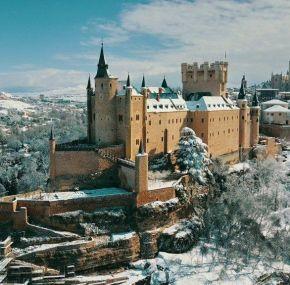El alcázar de Segovia a vista de dron tras la nevada.