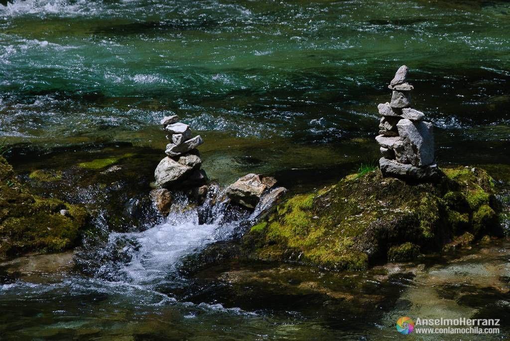 Detalle de las Torres de piedra hechas por los visitantes - Vintgar Gorge - Eslovenia