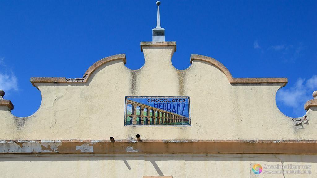 Portada del edificio de la antigua fábrica de Chocolates Herranz - Miguelañez - Segovia