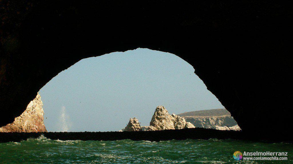 Arcos creados por la erosión - Islas Ballestas - Ica - Perú