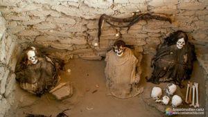 Tumba con tres cuerpos en el cementerio de Chauchilla - Ica - Perú