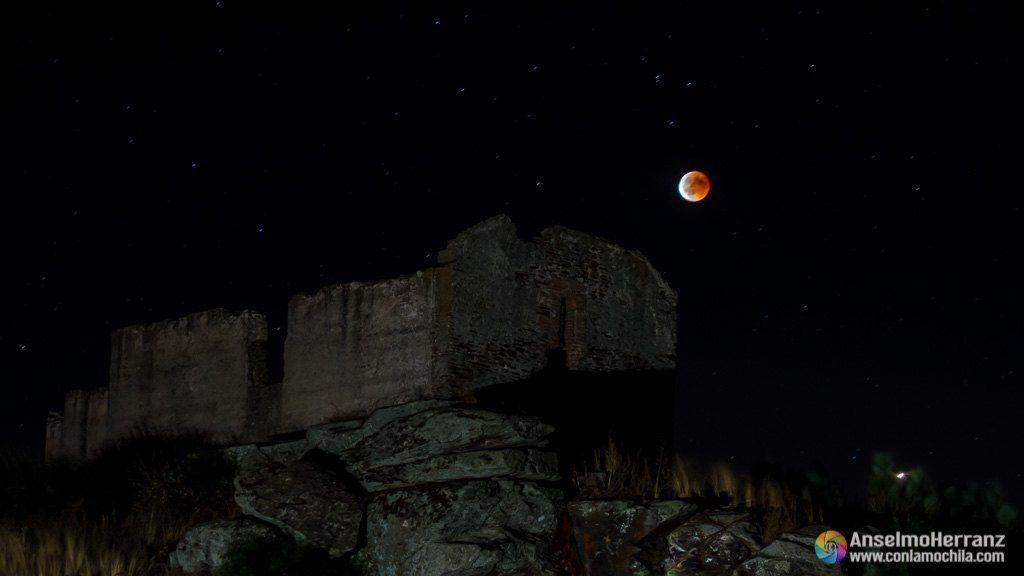 Ermita de San Isidro iluminada y eclipse total de luna.