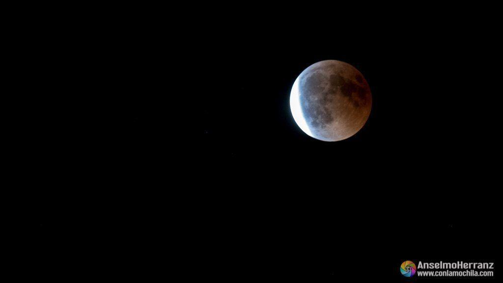 La luna sale de la zona de penunbra del eclipse