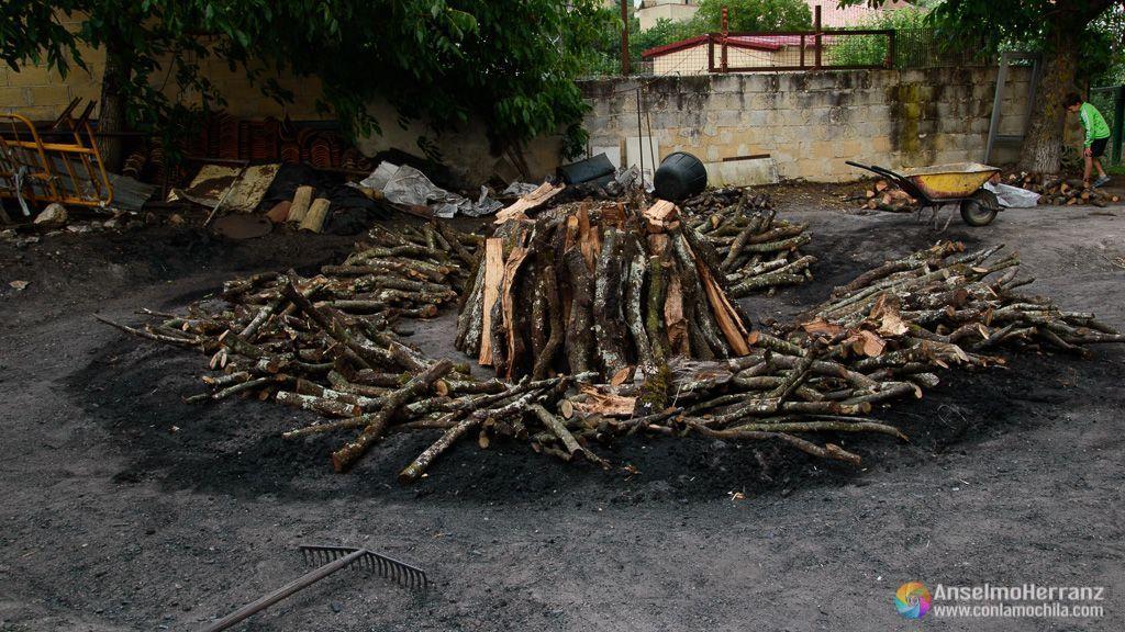 Troncos apilados para formar la carbonera - Viloria - Valle de Lana - Navarra