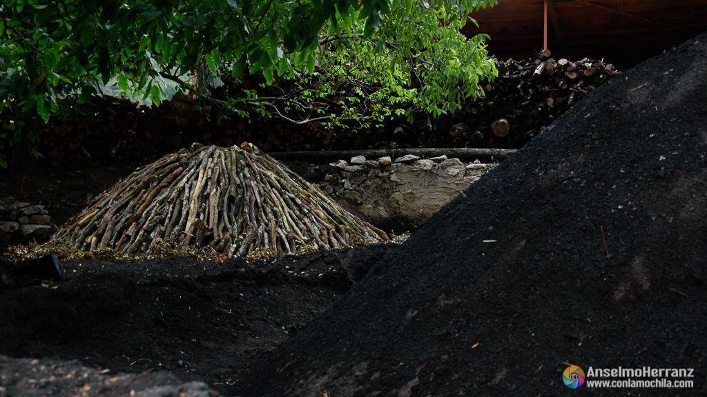 Carboneras de Viloria - En primer plano una carbonera ya terminada y otra casi lista para encender - Navarra