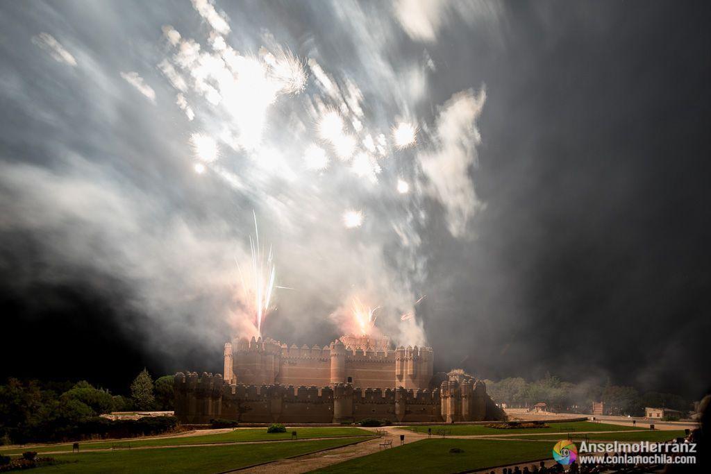 El castillo de Coca iluminado por las explosiones de los fuegos - Coca - Segovia