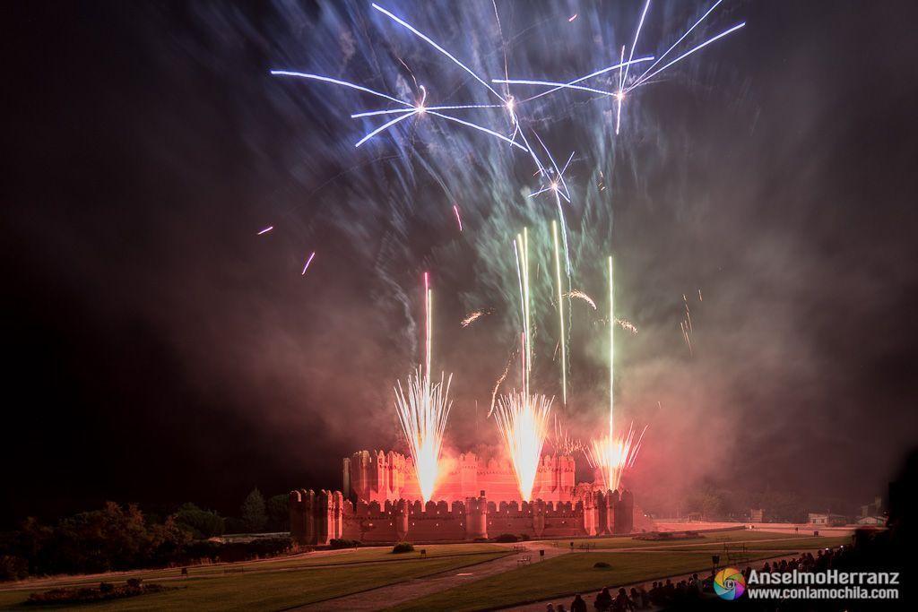 Fuegos artificiales desde las almenas inferiores del castillo de Coca - Coca - Segovia