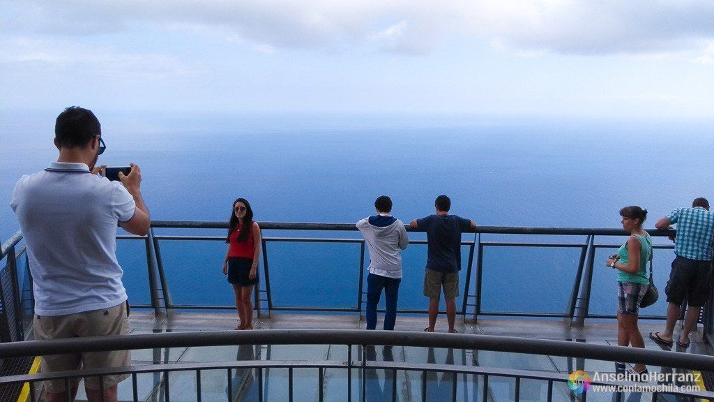 Turistas fotografiándose en el Mirador de Cabo Girao - Madeira - Portugal