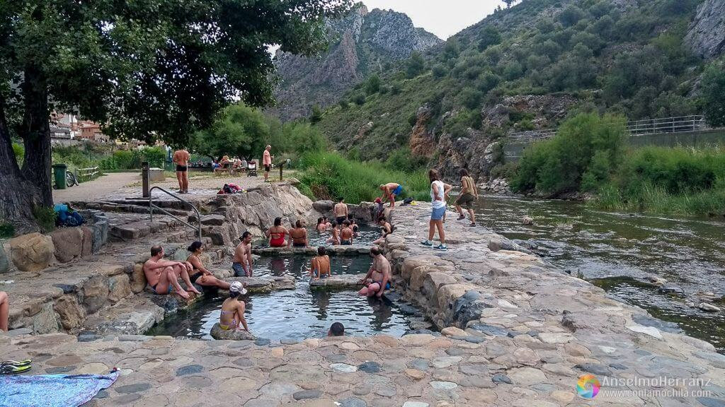 Gente disfrutando de las aguas termales gratuitas en Arnedillo - La Rioja