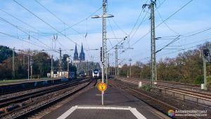 Puente de los Candados y catedral de Colonia desde la estación de tren Köln Messe/Deutz - Alemania