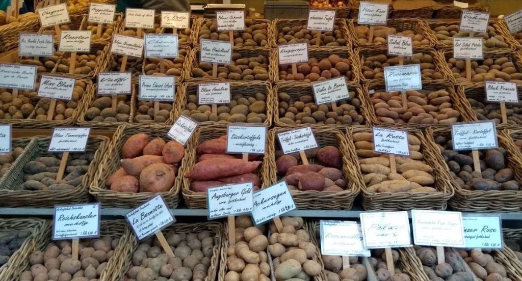 Puesto de patatas en el mercado de Carlsplatz - Dusseldorf - Alemania
