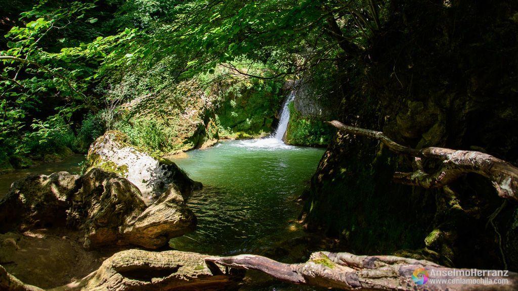 Poza y cascada, otra más, de la ruta hacia el Nacedero del Urederra