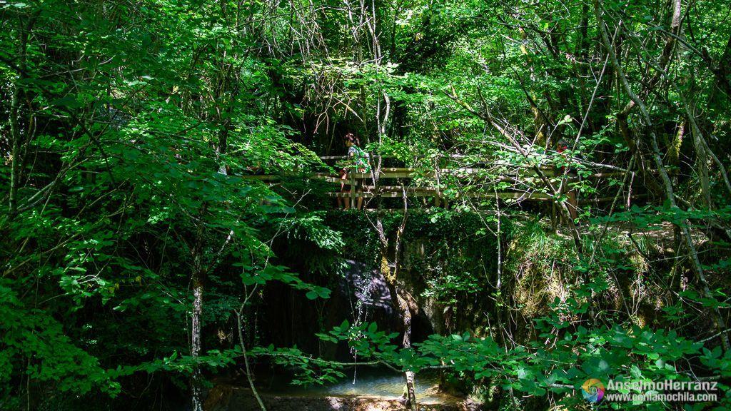 Puente sobre el río Urederra, próximo a su nacimiento. - Sierra de Urbasa - Navarra