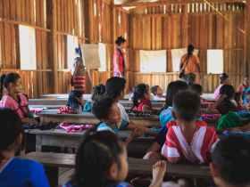 Profesor y Alumnos en la Escuela
