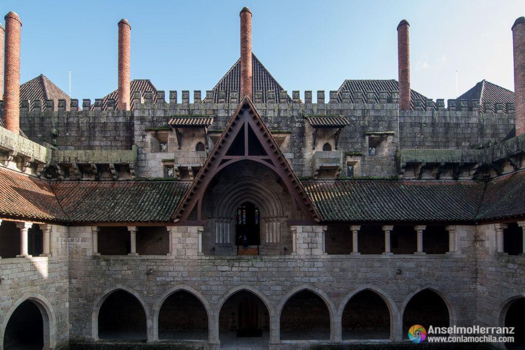 Entrada a la capilla y chimeneas del palacio de Guimaraes - Guimaraes - Portugal