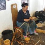 Cestera Tejiendo Mimbre en el Museo del Mimbre de Camacha - Madeira