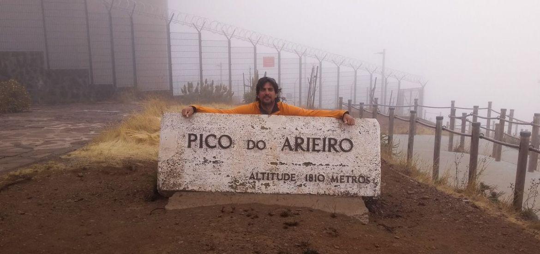 Posando junto al cartel de piedra del Pico do Areeiro - Madeira