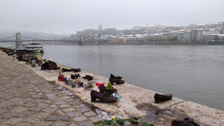 Los 60 pares de zapatos que conforman el monumento de los zapatos de Budapest