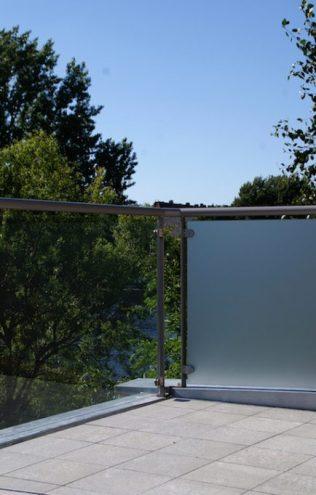 Gezandstraald glas op balkon