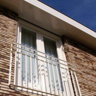 Balkonhek van stalen strippen