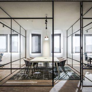 Glazen wanden creëren functionele kantooromgeving