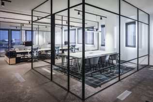 Afgescheiden werkruimte in kantoortuin