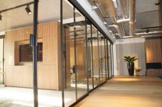 Vaste panelen en dubbele deuren naar kantoren