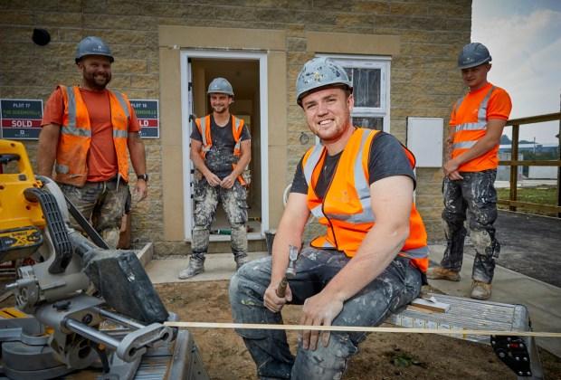 MWaug20-048252 - BM - Barratt Homes staff working on site-8a044af0