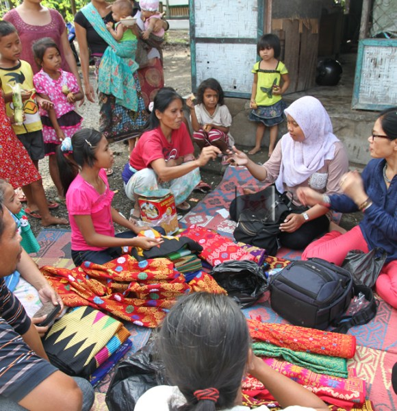 A day in Sukarara, a weaving village in Central Lombok, West Nusa Tenggara – Our 1st attempt to donate glasses to weavers of Indonesia