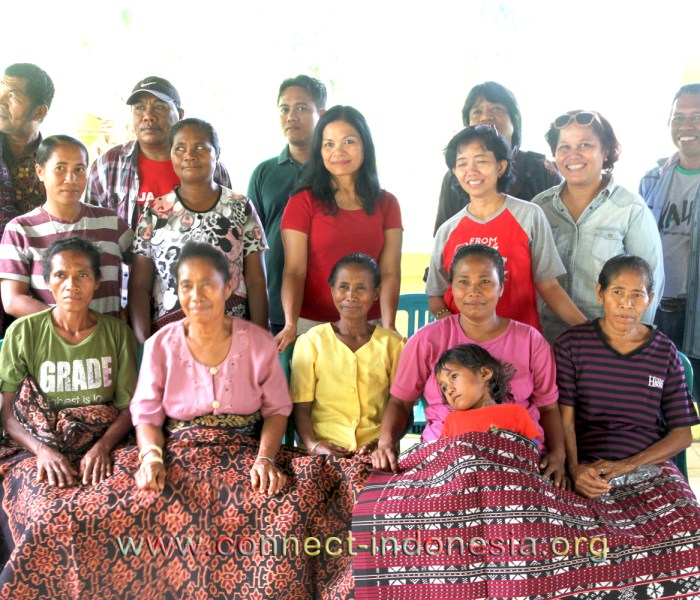 55 weavers received glasses in Tuabao Village of Flores