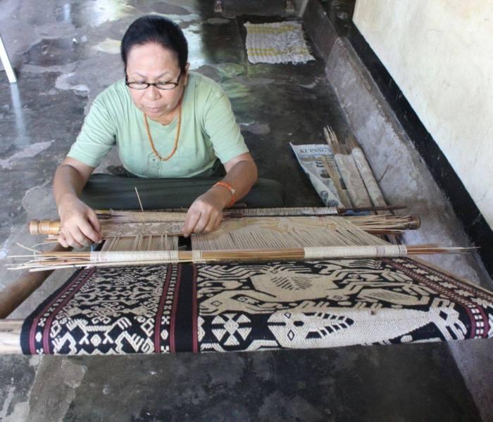 Connect Indonesia menjangkau penenun di Melolo, desa Pau & Patawang, Sumba Timur