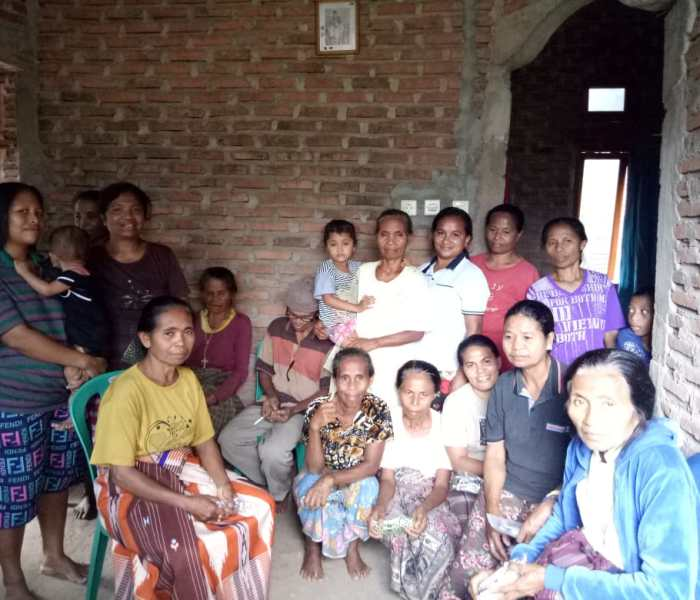 Connect Indonesia distributed reading glasses to weavers in Leworok, Larantuka, Eastern Flores