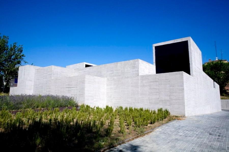 Centro de Salud de San Blas. Estudio Entresitio, Madrid, 2008. Foto: Roland Halbe.