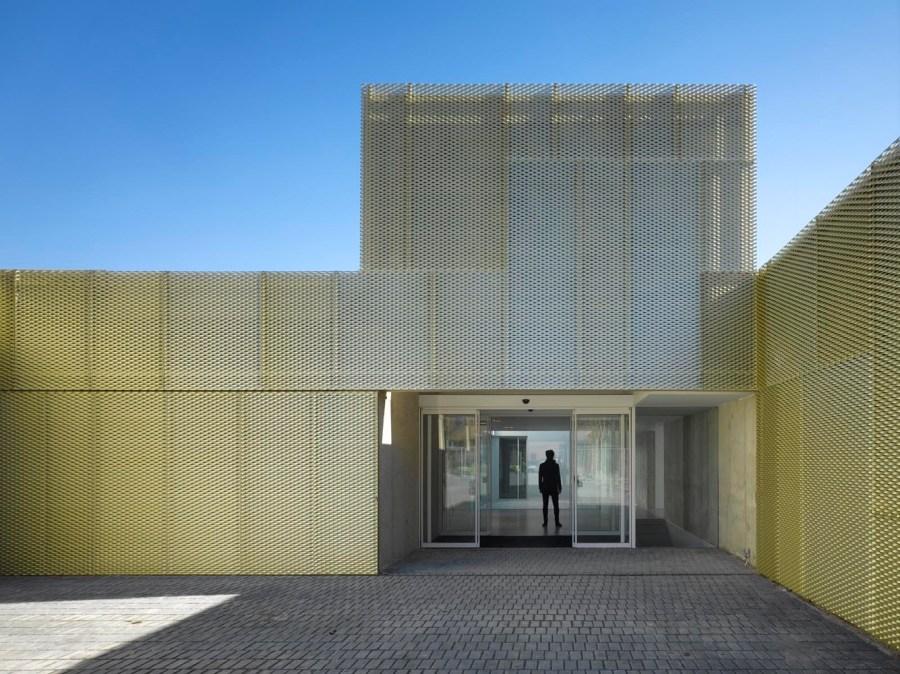 Centro de Salud de Usera. Estudio Entresitio, Madrid, 2009. Foto: Roland Halbe.