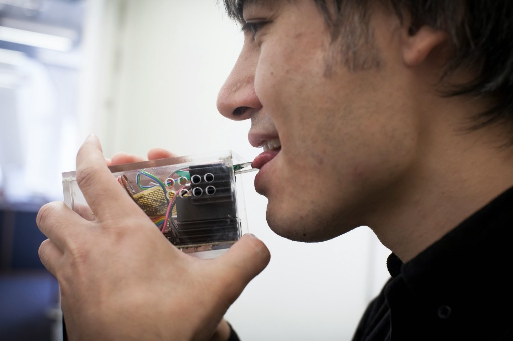 Tecnología multisensorial: Dispositivo desarrollado por Cheok que permite probar sabores a distancia.