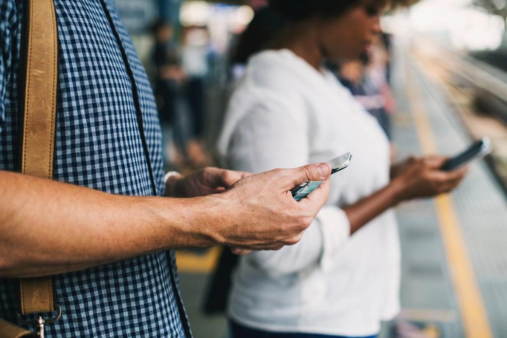 Los smartphones y las redes sociales, las armas del JOMO