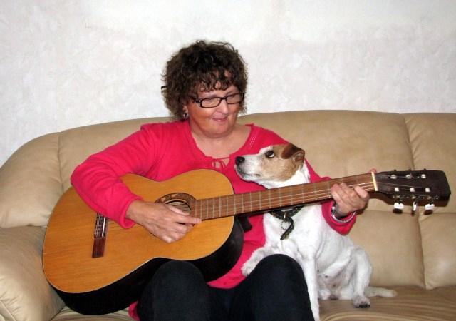 Spelar gitarr DENNA