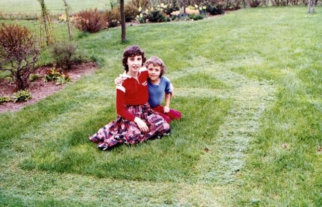 Annelie 1984 klipper gräset 4