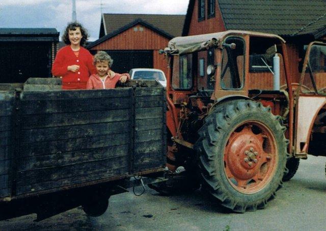 Lasse lastar av ved från traktor Annelie och Tomas 3 1982