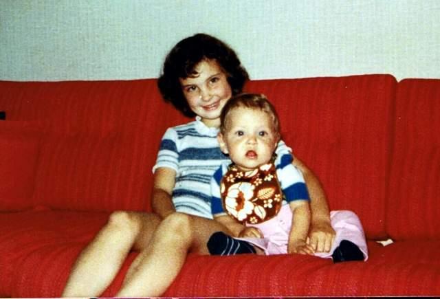 Syskonkärlek Annelie och Tomas i soffan 1978 1