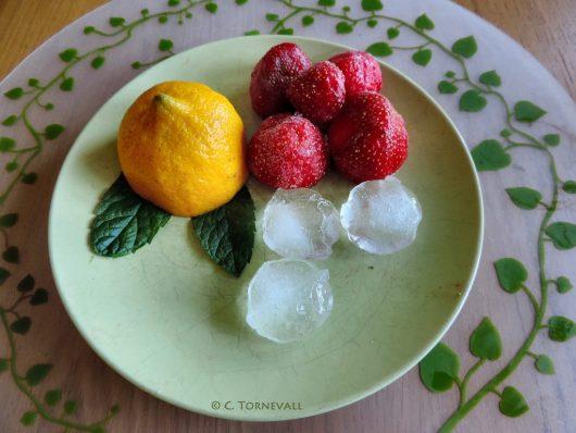 01 Jordgubbsvatten 5 jordgubbar juice från en halv citron 2 myntalöv