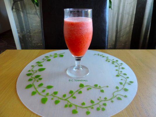 03 Jordgubbsvatten 5 jordgubbar en halv citron och 2 myntablad 03